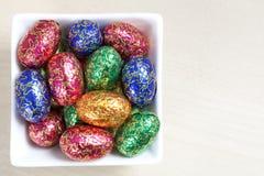 Huevos de Pascua coloridos en el tazón de fuente blanco Foto de archivo