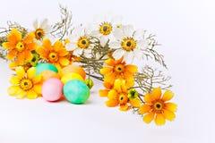 Huevos y flores coloridos de Pascua Fotos de archivo libres de regalías