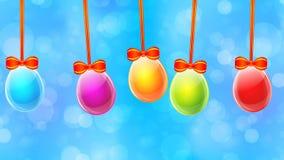 Huevos de Pascua coloridos en fondo abstracto azul almacen de metraje de vídeo