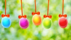 Huevos de Pascua coloridos en fondo de la hierba verde metrajes