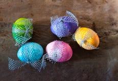 Huevos de Pascua coloridos en fondo rústico Foto de archivo