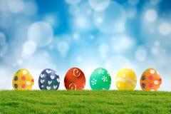 Huevos de Pascua coloridos en hierba Foto de archivo
