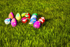 Huevos de Pascua coloridos en hierba verde Fotos de archivo libres de regalías