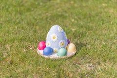 Huevos de Pascua coloridos en hierba verde Imagenes de archivo