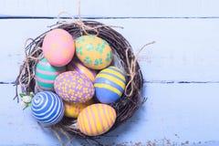 Huevos de Pascua coloridos en jerarquía Imagen de archivo libre de regalías