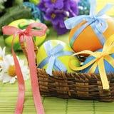 Huevos de Pascua coloridos en la cesta fotografía de archivo