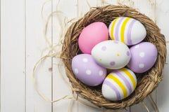 Huevos de Pascua coloridos en la jerarquía, visión superior Foto de archivo libre de regalías