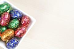 Huevos de Pascua coloridos en tazón de fuente Fotos de archivo