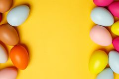 Huevos de Pascua coloridos en un fondo amarillo Fotos de archivo