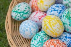 Huevos de Pascua coloridos en una cesta Imágenes de archivo libres de regalías