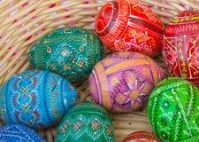 Huevos de Pascua coloridos en una cesta Fotografía de archivo