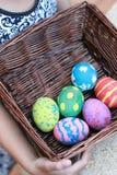 Huevos de Pascua coloridos en una cesta Imagen de archivo