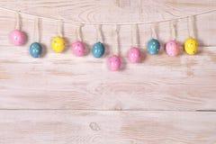 Huevos de Pascua coloridos en una cuerda fotografía de archivo libre de regalías