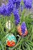 Huevos de Pascua coloridos en una hierba verde Imágenes de archivo libres de regalías