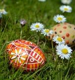 Huevos de Pascua coloridos en una hierba verde Foto de archivo libre de regalías