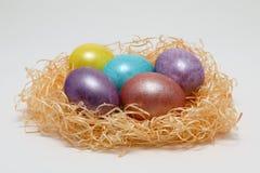 Huevos de Pascua coloridos en una jerarquía en el fondo blanco, imagen de la primavera Concepto de Pascua fotos de archivo