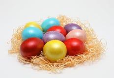Huevos de Pascua coloridos en una jerarquía en el fondo blanco, imagen de la primavera Concepto de Pascua fotografía de archivo