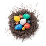 Huevos de Pascua coloridos en una jerarquía en un fondo blanco Fotos de archivo libres de regalías