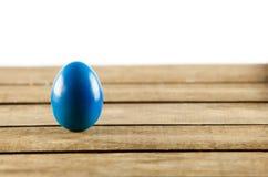 Huevos de Pascua coloridos en viejo fondo de madera. Concepto de Pascua. Imagen de archivo libre de regalías
