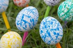 Huevos de Pascua coloridos, fondo de la hierba Foto de archivo