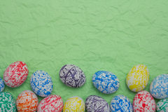Huevos de Pascua coloridos, fondo verde Imagen de archivo