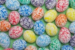 Huevos de Pascua coloridos, fondo verde Fotografía de archivo libre de regalías