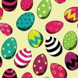 Huevos de Pascua coloridos Modelo inconsútil Ejemplo del vector en fondo amarillo Huevos con las rayas, los puntos y las estrella Fotos de archivo