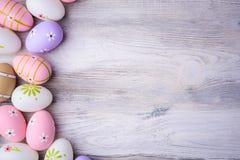 Huevos de Pascua coloridos pintados con el espacio de la copia en fondo de madera gris Foto de archivo libre de regalías