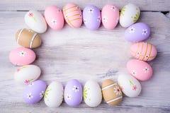 Huevos de Pascua coloridos pintados con el espacio de la copia en fondo de madera gris Imagen de archivo libre de regalías