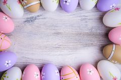 Huevos de Pascua coloridos pintados con el espacio de la copia en fondo de madera gris Imágenes de archivo libres de regalías