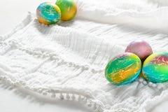 Huevos de Pascua coloridos pintados del arco iris en el fondo blanco Imagenes de archivo