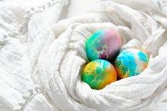 Huevos de Pascua coloridos pintados del arco iris en el fondo blanco Imágenes de archivo libres de regalías