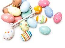 Huevos de Pascua coloridos sobre el fondo blanco Vista superior de los huevos de Pascua en cesta Foto de archivo libre de regalías