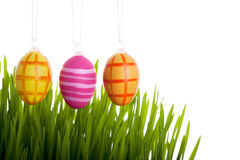 Huevos de Pascua coloridos sobre la hierba Foto de archivo