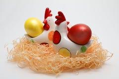 Huevos de Pascua coloridos y dos gallinas del juguete en una jerarquía en el fondo blanco, imagen de la primavera Concepto de Pas fotografía de archivo