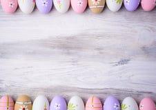 Huevos de Pascua con el espacio de la copia en fondo de madera gris Fotografía de archivo