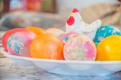 Huevos de Pascua con el gallo decorativo en el top Imagen de archivo libre de regalías