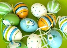 Huevos de Pascua con el ornamento en la placa verde Imagen de archivo libre de regalías