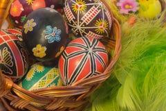 Huevos de Pascua con imagen en cesta Foto de archivo libre de regalías