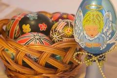 Huevos de Pascua con imagen en cesta Imágenes de archivo libres de regalías