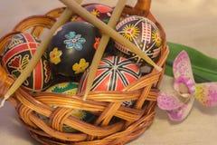 Huevos de Pascua con imagen en cesta Fotografía de archivo libre de regalías