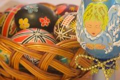 Huevos de Pascua con imagen en cesta Imagenes de archivo