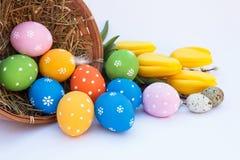 Huevos de Pascua con la cesta y las flores Fotografía de archivo