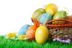 Huevos de Pascua con la hierba verde en blanco Fotografía de archivo