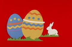 Huevos de Pascua con la hierba y el conejo blanco Foto de archivo libre de regalías