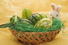 Huevos de Pascua con la marioneta del conejito Imagen de archivo