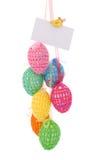 Huevos de Pascua con la tarjeta de felicitación imagen de archivo