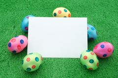 Huevos de Pascua con la tarjeta de nota Imagenes de archivo