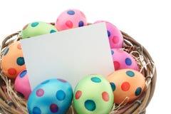 Huevos de Pascua con la tarjeta de pascua Fotos de archivo