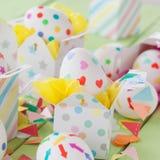 Huevos de Pascua con las etiquetas engomadas coloridas Fotografía de archivo